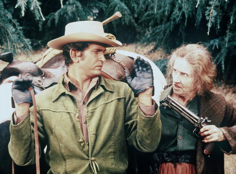 Little Joe Cartwright (Michael Landon, l.) wird von der schrulligen Carrie (Irene Tedrow, r.) gefangengenommen. – Bild: Sat.1 Gold