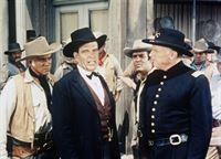 Ben Cartwright (Lorne Greene, l.) ist besorgt, weil mittlerweile die Armee in Virginia City eingetroffen ist, um Krieg gegen die Indianer zu führen ... – Bild: Paramount Pictures Lizenzbild frei