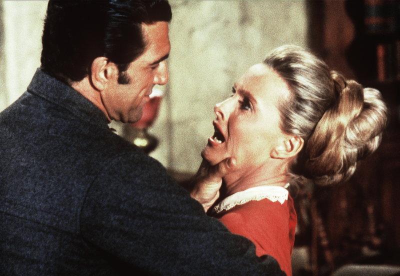Grant Carbo (Vincent Beck, l.) begehrt die verheiratete Susannah Clawson (Dina Merrill, r.), die ihn jedoch abweist. – Bild: Sat.1 Gold