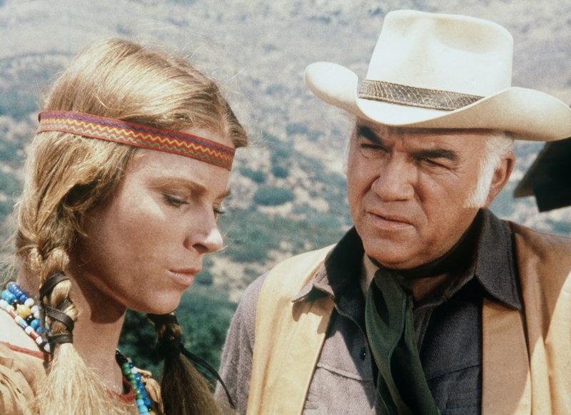 Ben Cartwright (Lorne Greene, r.) will Alicia Purcell (Mariette Hartley, l.), die jahrelang unter Indianern gelebt hat, helfen, sich wieder in Virginia City einzuleben. – Bild: Sat.1 Gold