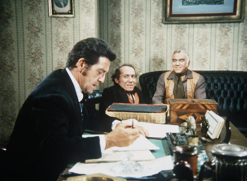 Ben Cartwright (Lorne Greene, r.) versucht, George Marshall (Michael Dunn, M.) eine Stelle in der Bank zu verschaffen, doch Direktor Flint (Edward Binns, l.) hat Vorurteile gegen den Liliputaner. – Bild: Sat.1 Gold