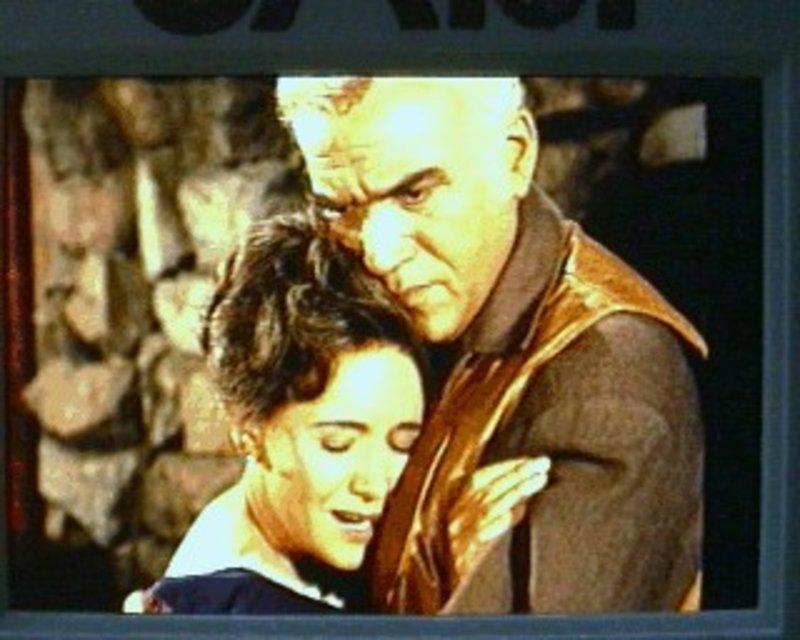 Ben (Lorne Greene, r.) versucht die Witwe Katherine (Teresa Wright, l.) zu trösten. Ihr jahrelang verschwundener Sohn Eden soll auf einmal zurückgekehrt sein und Katherine macht sich große Sorgen. Sie bemerkt dabei gar nichts von Bens Gefühlen ihr gegenüber - er möchte sie gerne heiraten ... – Bild: Sat.1 Gold