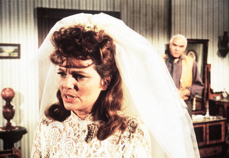 Ben Cartwright (Lorne Greene, r.) hat erfahren, dass Hoss' Braut Carol (Geraldine Brooks, l.) einen Menschen auf dem Gewissen hat. – Bild: Sat.1 Gold