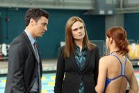 Sweets (John Francis Daley) und Brennan (Emily Deschanel, M.) befragen Brian Thomas' Kollegin Gabby Morrell (Emily Montague). – © RTL