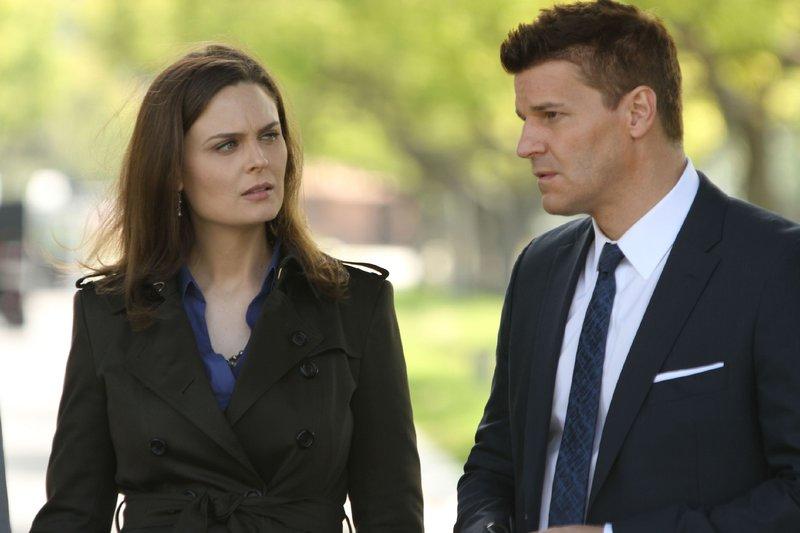 Brennan (Emily Deschanel) und Booth (David Boreanaz) versuchen mittels der Gesichtsrekonstruktion des unidentifizierten Toten Hinweise im Umfeld des Pentagons zu erlangen. – Bild: RTL