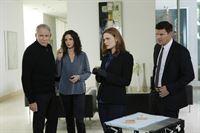 Brennan (Emily Deschanel, 2.v.r.) und Booth (David Boreanaz, r.) versuchen herauszufinden, warum Steven Frank (John Getz) und seine Frau Katherine (Ana Stojanovic) noch immer erpresst werden, obwohl ihre entführte Tochter bereits ermordet aufgefunden wurde. – © RTL