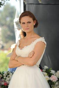 Ungläubig beobachtet Brennan (Emily Deschanel) das Treiben kurz vor der Zeremonie. Wird sie nach so vielen Hindernissen wirklich mit Booth vor den Traualtar treten? – © RTL