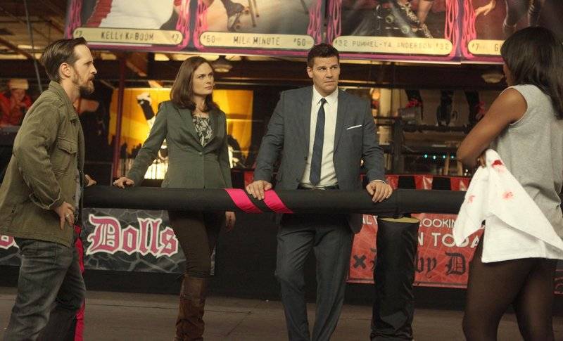 "BONES: Brennan (Emily Deschanel, second from L) and Booth (David Boreanaz, second from R) investigate the death of a roller derby skater in the ""The Doll in the Derby"" episode airing Monday, Feb. 4 (8:00-9:00 PM ET/PT) on FOX. Also pictured: Guest star Brad Carter (L) and guest star Sydelle Noel (R). ©2013 Fox Broadcasting Co. Cr: Patrick McElhenney/FOX Bones_ep810_sc_9_0481 – Bild: ATV"