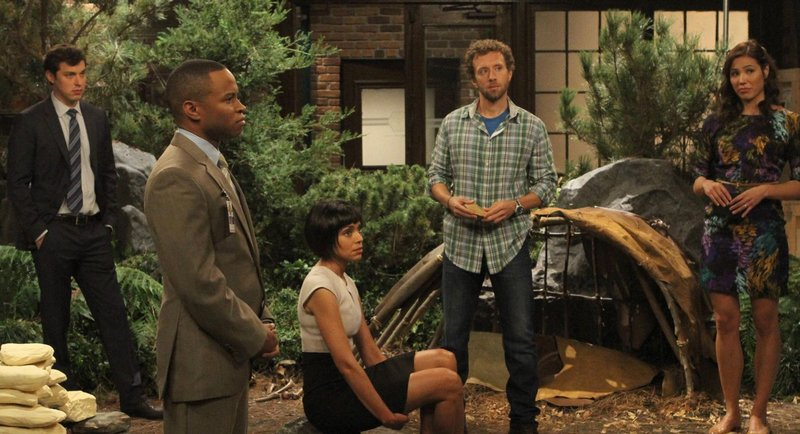 """BONES: While researching the death of an archeologist with a questionable reputation, the team (L-R: John Francis Daley, guest star Eugene Byrd, Tamara Taylor, TJ Thyne and Michaela Conlin) piece together an historic crime in the """"The Archeologist in the Cocoon"""" episode of BONES, the second of a special two-hour episode, airing Monday, Jan. 14 (9:00-10:00 PM ET/PT) on FOX. ©2012 Fox Broadcasting Co. Cr: Patrick McElhenney/FOX Bones_Ep807_sc_31_0146 – Bild: ATV"""