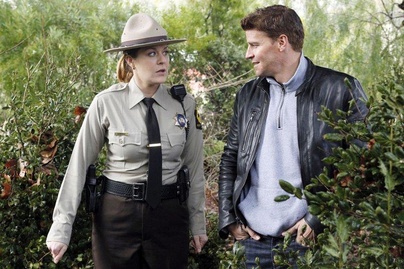 Booth (David Boreanaz) gibt sich Sheriff Becky Conway (Jenica Bergere) nicht als FBI-Agent zu erkennen. – Bild: RTL Crime