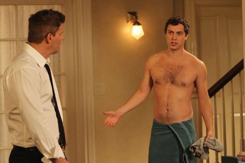 Booth (David Boreanaz, l.) hat Sweets (John Francis Daley) angeboten, nach der Trennung von Daisy vorübergehend bei ihm und Brennan zu wohnen. – Bild: RTL