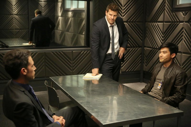 "BONES: Booth (David Boreanaz, C) and Aubrey (John Boyd, L) interview a suspect (guest star Derek Mio, R) in the Season Finale ""The End in the End"" episode of BONES airing Thursday, June 11 (8:00-9:00 PM ET/PT) on FOX. ??2015 Fox Broadcasting Co. Cr: Jordin Althaus/FOX – Bild: RTL"