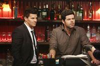 Booth (David Boreanaz, l.) befragt den Barbesitzer Joe Martucci (Robert Baker), der bestätigt, dass es sich nach der Beschreibung der Leiche um den Country-Sänger Colin Haynes handeln könnte. – © RTL