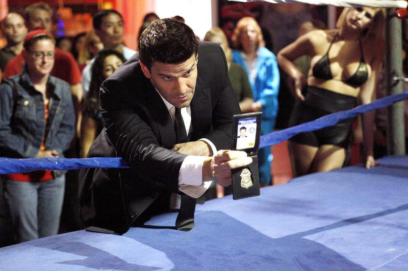 Booth (David Boreanaz) untersucht den Mord an einem kleinwüchsigen Mann, der als aufgehender Stern unter Wrestling-Fans galt. – Bild: 4+