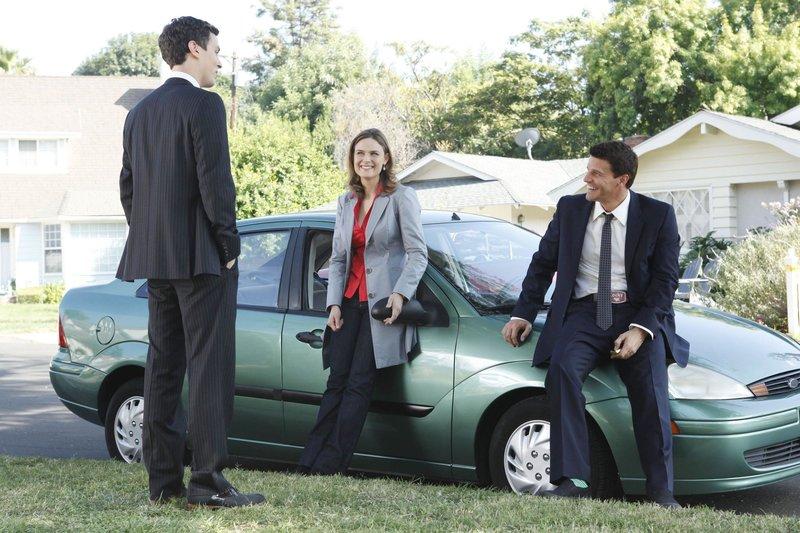 Der Psychologe Sweets (John Francis Daley, li.) warnt Brennan (Emily Deschanel) und Booth (David Boreanaz) vor der heilen Welt der Vorstadt-Siedlung. Denn nach und nach stellt sich raus, dass der Schein der Idylle trügt... – Bild: RTL Crime