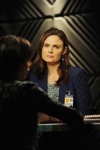 Brennan (Emily Deschanel) und Booth müssen zur Aufklärung des Mordes an Sean Nolan eine Menge Leute befragen, da das Opfer als Samenspender-Profi vielen Eltern geholfen hat, ein Kind zu zeugen. – © RTL