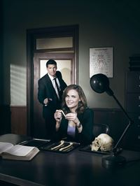 Dr. Temperance Brennan (Emily Deschanel) und FBI Special Agent Seeley Booth (David Boreanaz) – © RTL