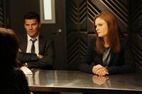 Um den Mord an einem TV-Star einer Kindershow aufzuklären, müssen Booth (David Boreanaz) und Brennan (Emily Deschanel) tief in das Privatleben der Promis blicken. – © RTL