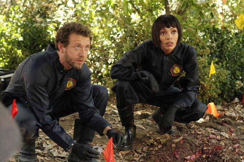 Hodgins (T. J. Thyne) und Cam (Tamara Taylor) suchen am Tatort nach Spuren, um den Tod eines arbeitslosen Tagelöhners aufzuklären. – Bild: RTL