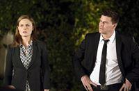Brennan (Emily Deschanel) und Booth (David Boreanaz) müssen den Mord an dem vorbestraften Benny Jerguson aufklären, der sich offenbar beruflich keine Freunde gemacht hat. – © RTL