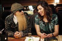 Angela (Michaela Conlin) spricht mit ihrem Vater (Billy F. Gibbons) über ihre Hochzeit mit Hodgins. – Bild: RTL