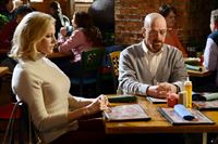 Skyler (Anna Gunn) und Walter (Bryan Cranston) treffen sich mit Hank und Marie zum Essen. – © RTL NITRO