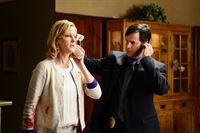 Skylers (Anna Gunn) Gespräch mit Walter wird von einem Detective (Hank Rogerson) mitgehört. – © RTL NITRO