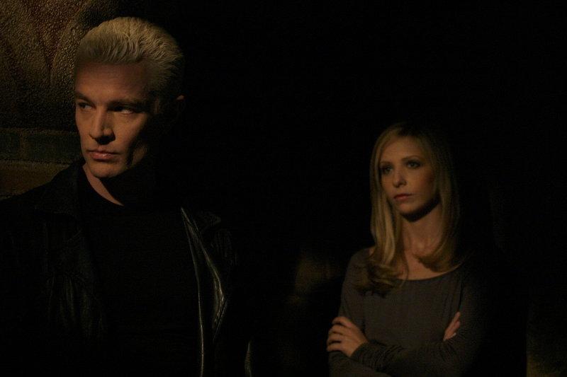Im finalen Kampf gegen das Ur-Böse: Spike (James Marsters, l.) und Buffy (Sarah Michelle Gellar, r.) ... – Bild: sixx