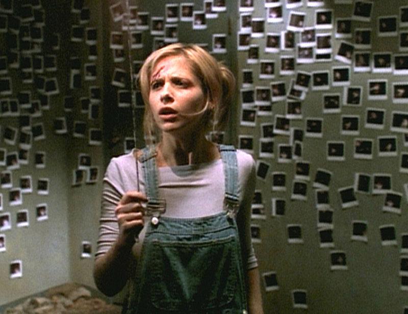 Buffy (Sarah Michelle Gellar) wurde all ihrer Kraft beraubt und muss sich nun einem gefährlichen Vampir stellen. – Bild: sixx