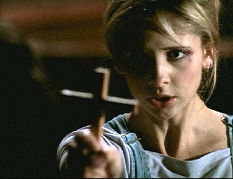 All ihrer besonderen Kräfte beraubt, stehen Buffy (Sarah Michelle Gellar) bei der Vampirbekämpfung nur noch konventionelle Mittel zur Verfügung. – Bild: sixx