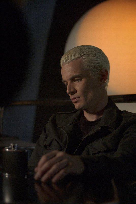 Spike (James Marsters, Bild) wird von etwas Finsterem heimgesucht. Er weiß nicht mehr, was mit ihm los ist und versucht, sich selbst zu erforschen. – Bild: sixx
