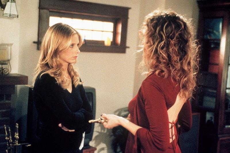 Zuhause erhält Buffy (Sarah Michelle Gellar, l.) unverhofft Besuch von Glory (Clare Kramer). – Bild: sixx