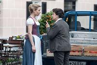 Lisbeth Gruber (Monika Baumgartner, r.) macht Susanne (Natalie O'Hara, l.) klar, dass sie keinen Keil in die Familie Gruber treiben darf. – Bild: ZDF