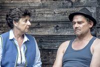 Arthur Distelmeier (Martin Feifel, r.) ist über den Besuch von Lisbeth (Monika Baumgartner, l.) nicht erfreut. – Bild: ORF2