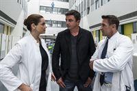 Dr. Vera Fendrich (Rebecca Immanuel, l.) muss Martin Gruber (Hans Sigl, M.) und Alexander Kahnweiler (Mark Keller, r.) in ihrem Eifer bremsen. – Bild: ZDF