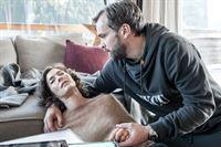 Michaela Höffner (Margrit Sartorius, l.) bricht zusammen. Ihr Mann Sebastian (Ole Puppe, r.) macht sich große Sorgen. Von ihrer MS-Erkrankung ahnt er nichts. – Bild: ZDF