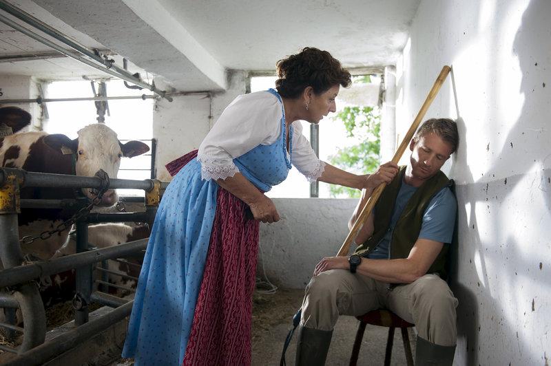 Lisbeth (Monika Baumgartner) sorgt sich um Hans (Heiko Ruprecht). Seit seine kleine Tochter auf der Welt ist, holt er den Schlaf bei der Arbeit nach. – Bild: ZDF