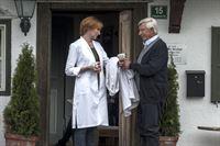 Wenn Martin mal wieder außer Haus arbeitet, schmeißen Frau Bornholm (Nicole Beutler, l.) und Roman Melchinger (Siegfried Rauch, r.) die Praxis. – Bild: ZDF