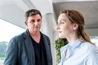 Dr. Martin Gruber (Hans Sigl, l.) wirbt bei Nicole Jenninger (Jana Klinge, r.) um Verständnis für Saskia Diekhaus und hofft, dass sie bereit ist, zu helfen. – Bild: ORF2