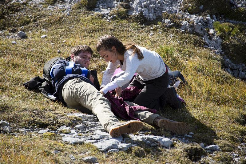 Maya (Paula Schramm) versucht Markus (Marco Bretscher-Coschignano) Verletzung so gut es geht zu versorgen. – Bild: ORF