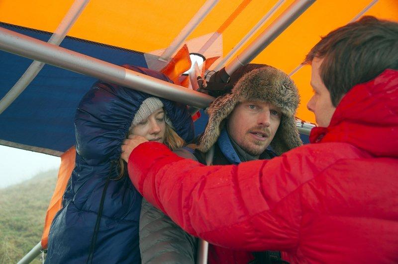 Andreas (Martin Gruber, M.) setzt einen alten Drachen wieder in Gang, da dies aufgrund der Wetterlage die einzige Möglichkeit is, Lenas (Jolia Sophie Schabus) Leben zu retten. Niemand kann ihn von dieser gefährlichen Aktion abhalten. – Bild: ORF