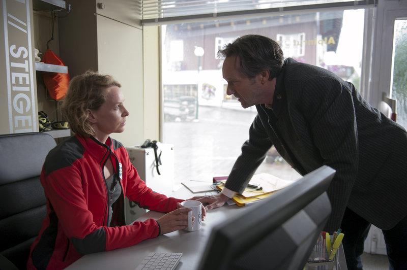 Rainer Sielmann (Helmut Zierl, re.) ist in größter Sorge um seine Tochter Sarah und bedrängt Jessika (Simone Hanselmann) in der Bergretter-Zentrale – Bild: ORF