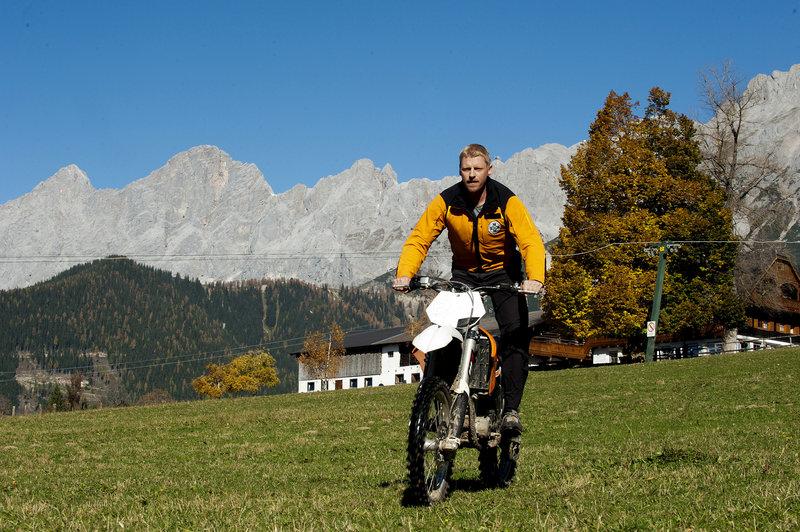 Bergretter Andreas Marthaler (Martin Gruber). – Bild: ORF