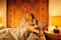 Sophie (Diana Staehly) sorgt sich um ihren Mann Paul. – Bild: ORF2