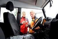 Andreas (Martin Gruber, r.) und Bea (Paula Paul, l.) haben die Scheibe des Wagens von Thomas Wieser eingeschlagen. Sie hoffen, einen Hinweis auf den Verbleib seiner Tochter zu finden. – Bild: ORF2