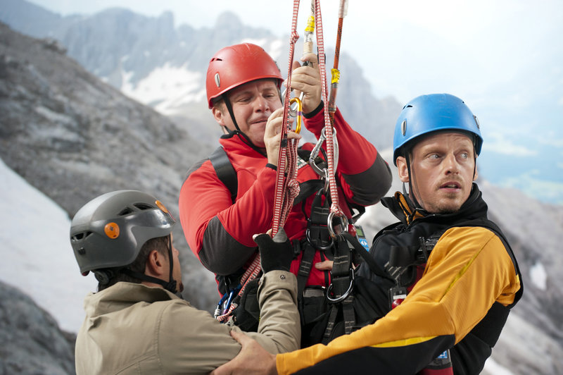 Paul Emerling (Mirko Lang, l.) muss von Toni (Martin Klempnow, M.) und Andreas (Martin Gruber, r.) per Hubschrauber gerettet werden. – Bild: ORF