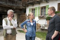 Emilie (Stefanie von Poser, M.) ist beunruhigt, denn sie kann Tobias nicht erreichen und fragt Andreas (Martin Gruber, r.) und Franz (Heinz Marecek, l.) um Rat. – © ZDF und Thomas R. Schumann