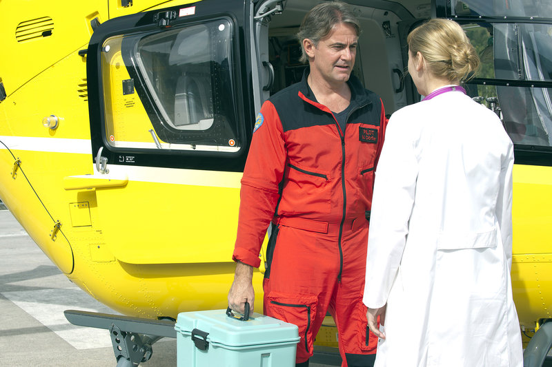 Michael Dörfler (Robert Lohr) übernimmt die medizinische Ausrüstung von Dr. Verena Auerbach (Gundula Niemeyer). – Bild: ZDF