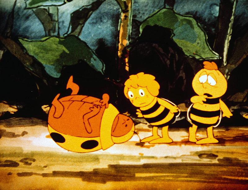 Für den dicken Käfer ist der Weitsprungwettbewerb nicht so glücklich ausgegangen. Er landet auf dem Rücken und auf dem Rücken liegen bedeutet für einen Käfer, hilflos zu sein. Doch Maja und Willi wissen - wie immer - Rat. – Bild: ZDF