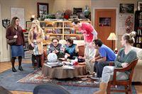 """""""The Big Bang Theory"""", """"Das heirate-mich-Gesicht."""" Leonard und Sheldon erwarten schlechte Neuigkeiten. Der Liebling ihrer Kindheit, Arthur Jeffries alias Professor Proton, ist verstorben. Nach außen hin reagiert Sheldon gefasst und weigert sich, seinem Idol nachzuweinen. Da das Begräbnis zudem ausgerechnet auf den 'Star Wars'-Tag fällt, glaubt er, eine gute Ausrede zu haben, um sich seiner Trauer nicht stellen zu müssen. Leonard und Penny hingegen erweisen Professor Proton die letzte Ehre, geraten aber bei dessen Trauerfeier in Streit.Im Bild (v.li.): Mayim Bialik (Amy Farrah Fowler), Melissa Rauch (Bernadette Rostenkowski-Wolowitz), Johnny Galecki (Leonard Hofstadter), Simon Helberg (Howard Wolowitz), Jim Parsons (Sheldon Cooper), Kunal Nayyar (Rajesh Koothrappali), Kaley Cuoco-Sweeting (Penny). – © ORF eins"""